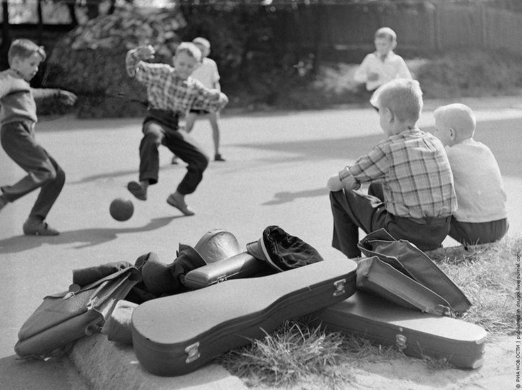 05/01/1964 Vilnius Art School Students igayut football after school. Tikhonov / RIA Novosti.