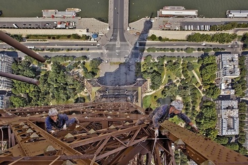 Construction workers climbing the Eiffel Tower.Tours Eiffel, Tour Eiffel, Eiffel Paris, Favorite Places, Paris Love, Towers How Crazy, Eiffel Towers How, La Tours, Eifel Towers