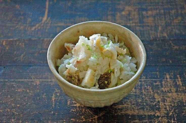 いちばん丁寧な和食レシピサイト、白ごはん.comの『鯛めしの作り方』を紹介するレシピページです。鯛の切り身を使って炊飯器で作ります。鯛の風味を閉じ込めるために、ごはんと炊く前に漬けだれで漬け込むのがポイント。おうちで作りやすいようにできるだけシンプルなレシピにしています。詳しい写真付で紹介していますので、ぜひお試しください!