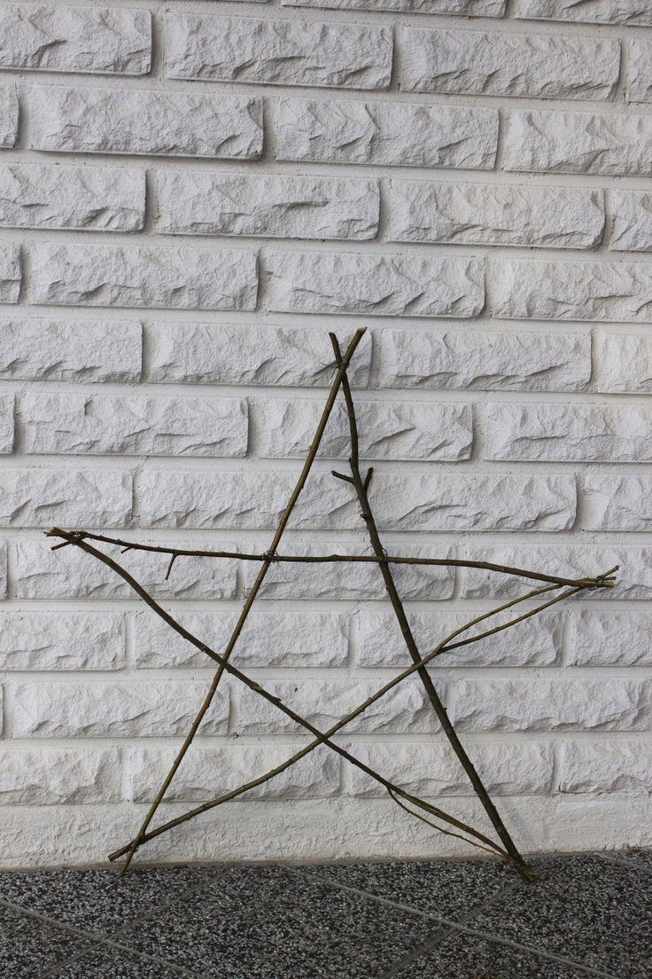 I år blev det ojämna granrisstjärnor som får hänga vid köksingången... Så här har jag gjort stjärnorna med granris på: B...