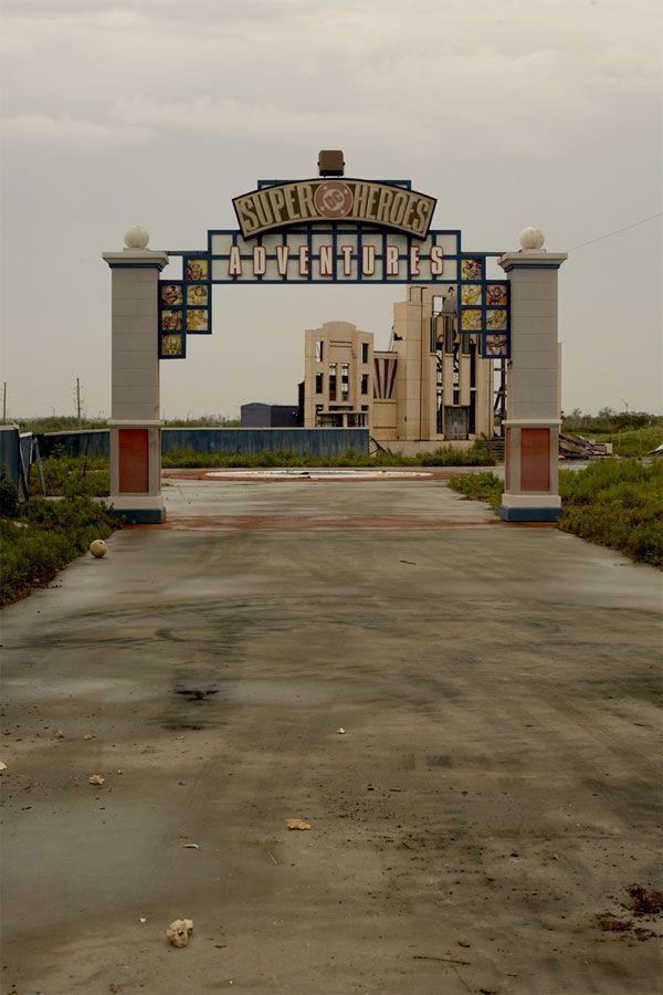 Six Flags, Nouvelle Orléans, USA Une catastrophe naturelle a fait disparaitre  le parc d'attraction Six Flags à la Nouvelle Orléans.  Ouvert en 2000 sous le nom de   »Jazzland », il a été racheté par Six Flags en 2002 mais contraint de fermer ses portes en 2005 lors de l'ouragan Katrina qui a fait rage à travers la ville. La tempête a détruit et endommagé plus de 80% du parc.