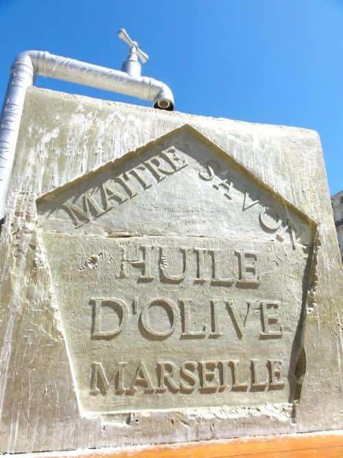 Le savon de Marseille a de multiples propriétés. Bactéricide, nettoyant puissant, hypoallergénique, biodégradable, il sert aussi bien pour récurer la maison que pour la toilette. Mais on l'utilise aussi dans d'autres cas plus inattendus.  Découvrez l'astuce ici : http://www.comment-economiser.fr/astuces-savon-marseille.html?utm_content=buffer97320&utm_medium=social&utm_source=pinterest.com&utm_campaign=buffer