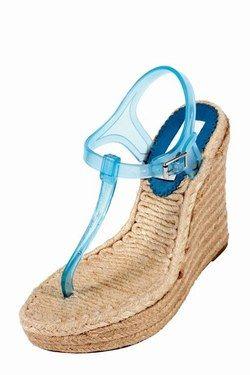 Sandales Kenzo à talon compensé - Accessoires de mode, accessoires été 2007, Tendances été 2007, Chapeaux, bijoux, lunettes, sacs - Hautes et compensées, ces chaussures à semelle de corde surfent entre l'esprit tong et l'allure méduse, célèbre nom des sandales rigolottes en plastique pour aller se baigner...
