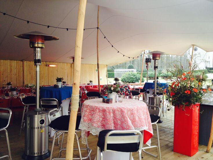 Feest in stretch tent op een kasteeldomein.