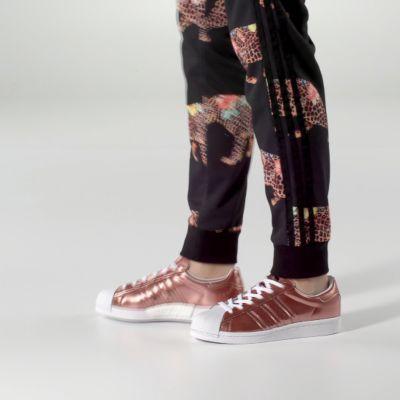 De adidas Superstar schoen begon in 1970 z'n leven als revolutionaire basketbalperformer en was de allereerste leren sneaker in die sport. In de jaren 80 zette een groep hiphophelden uit New York de schoen in de schijnwerpers en droeg een heel nummer aan 'm op. De legende was een feit. Deze moderne versie van de adidas Superstar schoen is frisser dan ooit dankzij energieteruggevende boost™. Het superglimmende metallic bovenwerk van de damessneaker is een prinses waardig. Afgewerkt met de…