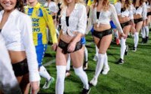 Ingresso in lingerie durante una partita ufficiale di calcio: le foto Siamo abituati, solitamente, ad assistere, prima dell'inizio di una partita di calcio, all'ingresso in campo dei calciatori di entrambe le squadre mano nella mano con dei bambini. Ma qualche giorno  #calcio #sport #sexy