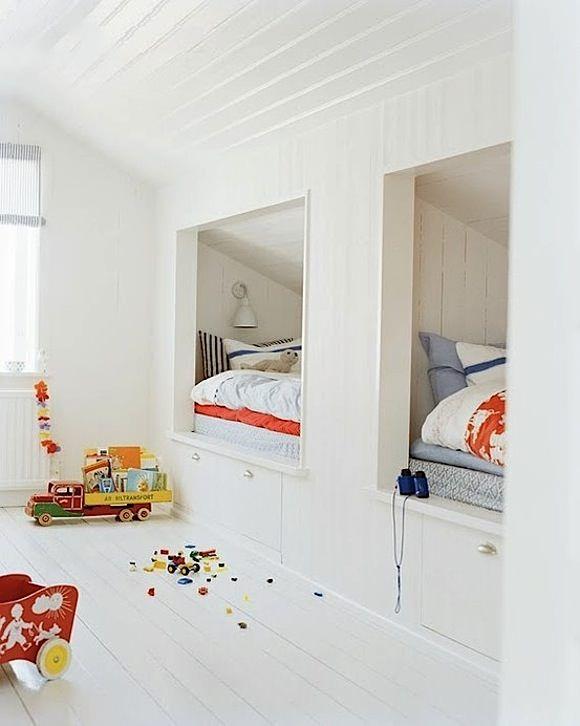 built-in bunks in a shared kids room. #nook weißes Kinderzimmer mit betten unter der dachschräge. #kidsroom inspiration