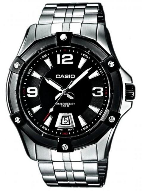 Montre homme Casio, boîtier acier argenté, modèle analogique avec dateur.
