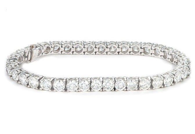 Brazalete en Oro Blanco Brazalete en oro blanco con diamantes brillantes, de 2.20 quilates  Tamaño- Longitud: 17 cm Material: Oro blanco.  Precio: 27,822.53 MXN