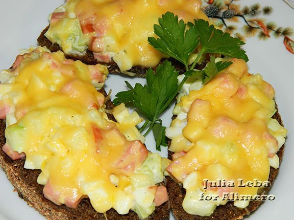 Горячие бутерброды один из моих любимых видов закуски. Я их делаю часто но в таком варианте как сегодня впервые Какие горячие бутерброды популярны в моей семье? У нас их два вариан...