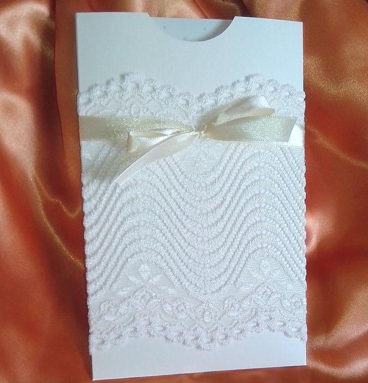 """Invitatie nunta """"Delicate like you"""", realizata din cartoane sidefate. Plicul este accesorizat cu dantela si o panglica asortata. Ideala pentru nuntile cu tematica vintage. 5,5RON* *Pretul include ..."""