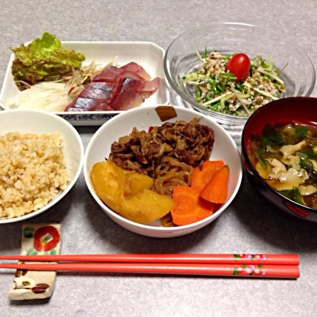 家に帰ってみると、息子が肉じゃがを作ってくれていました。 それと 北浦の天然ハマチが安かったので お刺身にしました。 サラダは、水菜とキュウリをクルミと豆腐で和えて辛子でピリッと味付けしました。 味噌汁は、間引き菜、ワカメ、玉ねぎ、タモギダケの具だくさん。 久しぶりに 玄米ご飯を炊きました。 - 8件のもぐもぐ - 息子が作った肉じゃが by Orie Ueki