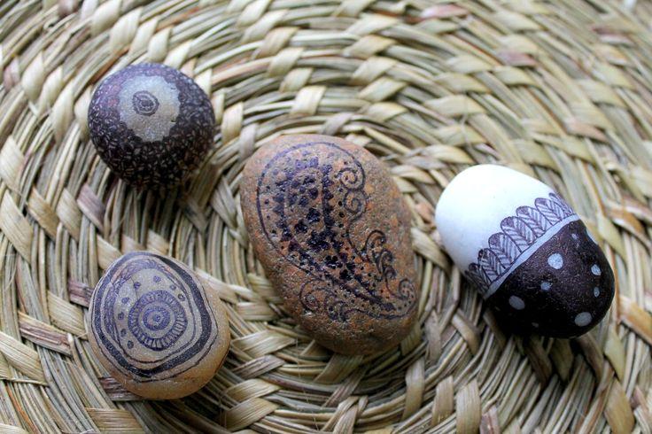 dibujos en piedras que recojo por los rios..
