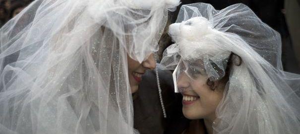 """Mariage gay : les mots """"père"""" et """"mère"""" resteront dans le code civil"""