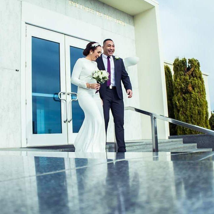 Pin for Later: 25 traumhafte Hochzeitskleider, bei denen ihr keine Haut zeigen müsst  Ein einfaches, glattes Kleid wirkt elegant und äußerst modern.