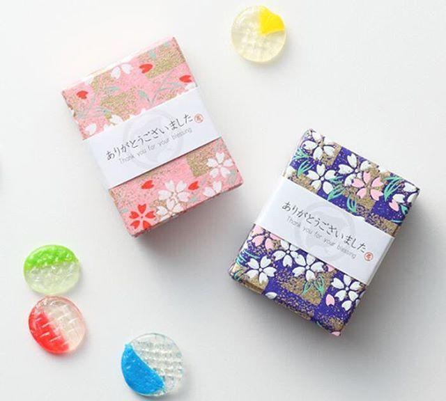 昭和レトロの懐かしい「おはじき」やビー玉がキャンディーになった「おはじき&ビー玉飴」 をご存知ですか?誕生日はもちろん、ちょっとしたお返し、引き菓子にもぴったり!今回は、プチプラで買えるとってもなキュートなキャンディー達をご紹介します。