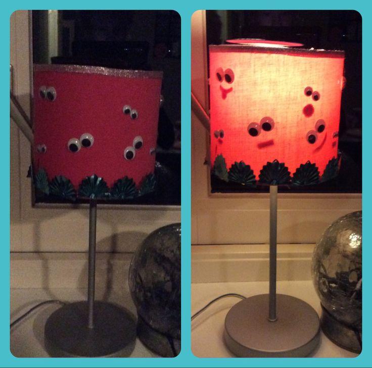 Lampenkap versieren aan de binnen kant stakjes stof geplakt