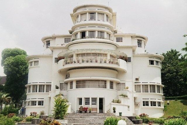 Bandung: Villa Isola