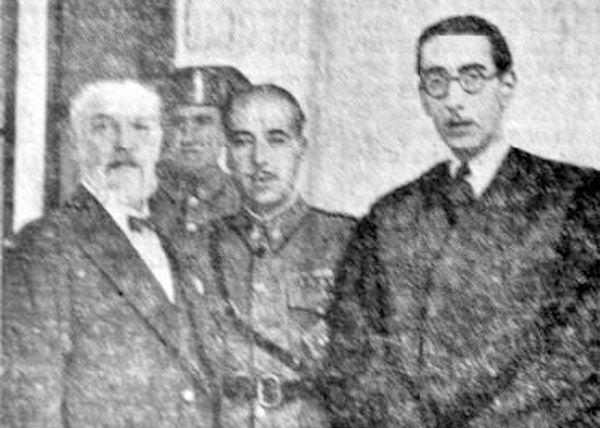 LA TRAGEDIA DE CASAS VIEJAS (Cádiz) en 1933 En la foto, el Capitán Rojas con sus abogado, Pardo Reina, y su procurador, Lepiani.
