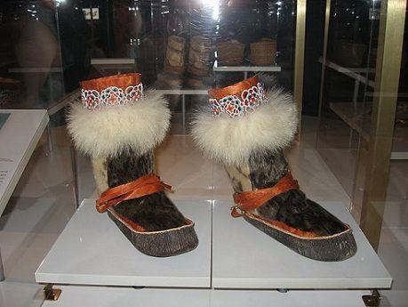 El Museo del calzado Bata a realizado investigaciones en Asia, Europa y las regiones circumpolares y culturas donde las tradiciones están cambiando rápidamente.