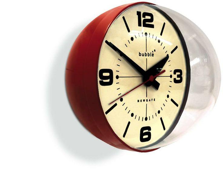 NEWGATE BUBBLE CLOCK OROLOGIO DA PARETE/TAVOLO. L'orologio da parete Bubble fa girare la testa! Il quadarante è allogiiato all'interno di una cupola trasparente in acrilico. Questo particolare aggiunge un tocco stravagante a questo orologio di ispirazione retro'. Colori contrastanti sul quadrante aggiungono un ulteriore tocco creativo a Bubble clock.