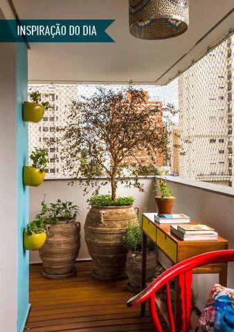 O espaço foi criado por Camila Simhon como um quintal, para colher frutas no pé, cultivar temperos frescos, relaxar e ler na rede