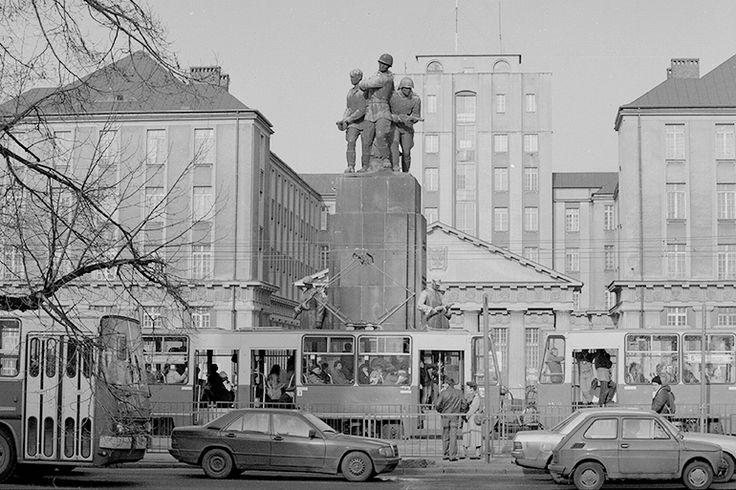 Braterstwo smutnych i walczących, czyli znikające pomniki | Artykuł | Culture.pl