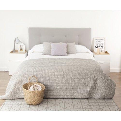 Un bonito #cabecero tapizado en tela con capitoné. Puedes elegir entre varias medidas y acabados. En la imagen, cabecero para cama de 150 tapizado en color gris.