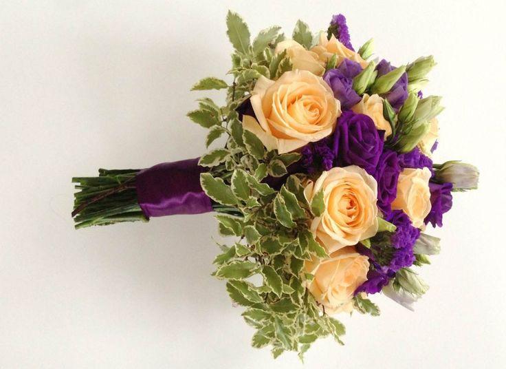 Фиолетовая свадьба. Букет невесты. Розы, лизиантус/эустома