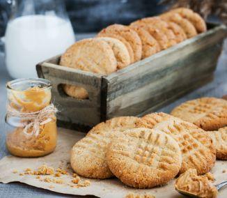 Čerstvé pečené sušienky z arašidového masla sú lahodnou pochúťkou, ktorá sa vám rozplynie na jazyku