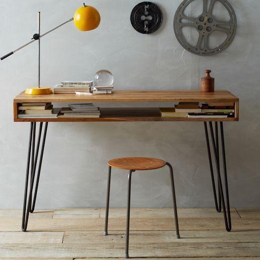 Joli bureau. Sauf qu'une chaise moelleuse serait préférable à un vieux tabouret en bois.