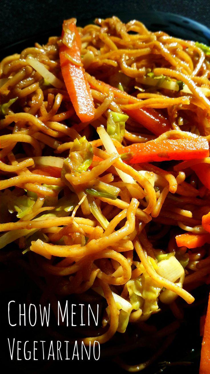 El chow mein es un clásico de la comida china pero esta versión llena de verduras es más saludable y más deliciosa!