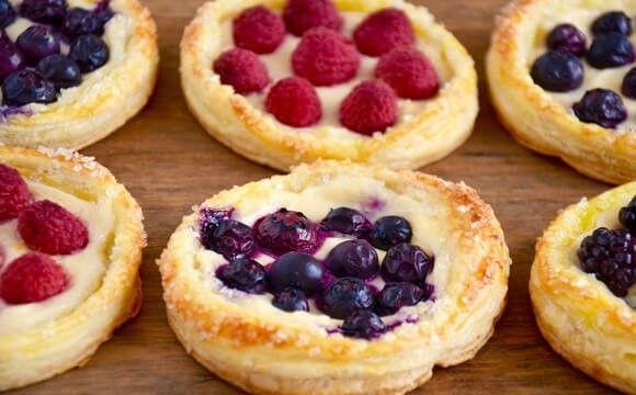 A+cím+azt+akarja+sugallni,+hogy+ennek+a+süteménynek+az+elkészítésével+20+perc+alatt+a+mennyországban+érezhetjük+magunkat.+Lehet+ez+egy+kedveskedő+reggeli+a+családnak,+egy+gyors+vendégváró,+vagy+akár+csak+egy+magunk+kényeztetésére+készített+finomság.+Ropogós+leveles+tészta,+krémes,+édespuhaság+és…