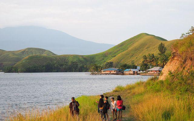 Danau Sentani yang berada di bawah lereng Pegunungan Cyclops ini merupakan danau terluas di Pulau Papua. Jangan lewatkan Festival Danau Sentani yang diadakan setiap bulan Juni. #PesonaIndonesia (Lake Sentani, Jayapura #Papua #Indonesia)