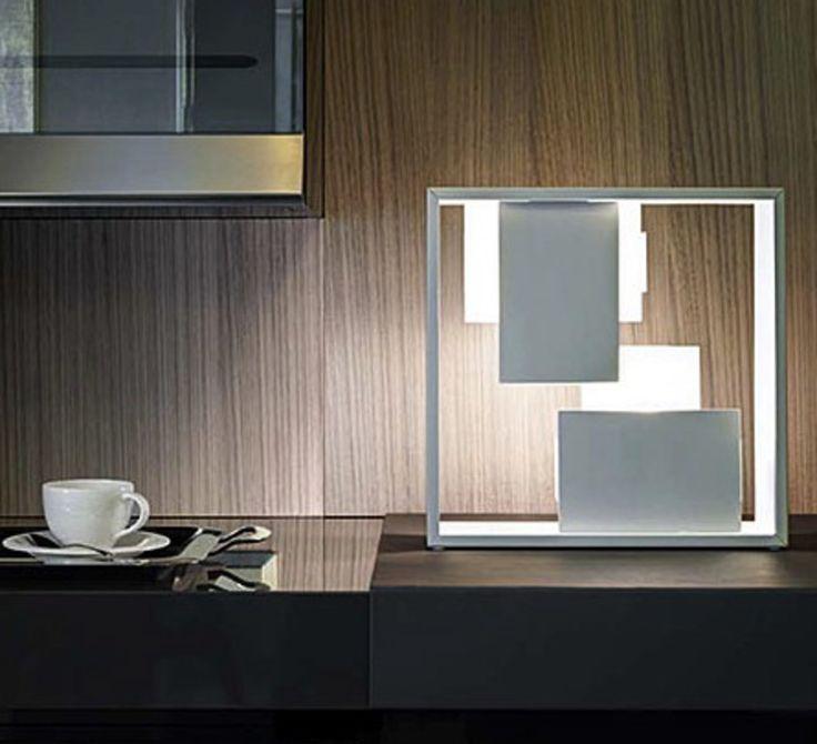 La maison d'édition italienne Artemide présente sa lampe à poser moderne Fato, signée par Gio Ponti. #Artemide #Fato #Gio #Ponti #lampe #lamp #de #table #carré #square #blanc #white #cuisine #kitchen #icon #icone #design