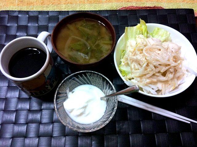 寒い朝は温かい野菜も美味しいね♫ カブの葉の味噌汁 プレーンヨーグルト 珈琲 - 11件のもぐもぐ - もやし&カブの温野菜乗せサラダ by manilalaki