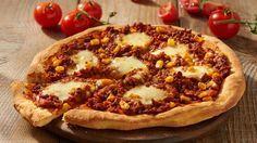 Einfache Chili-con-Carne-Pizza Schon mal Chili-con-Carne-Pizza probiert? Diese schmackhafte Kreation ist für alle, die es herzhaft mögen. Mit Rinderhack, Tomaten, Mais, frischem Koriander und geriebenem Käse, wird das besondere Gericht zubereitet.