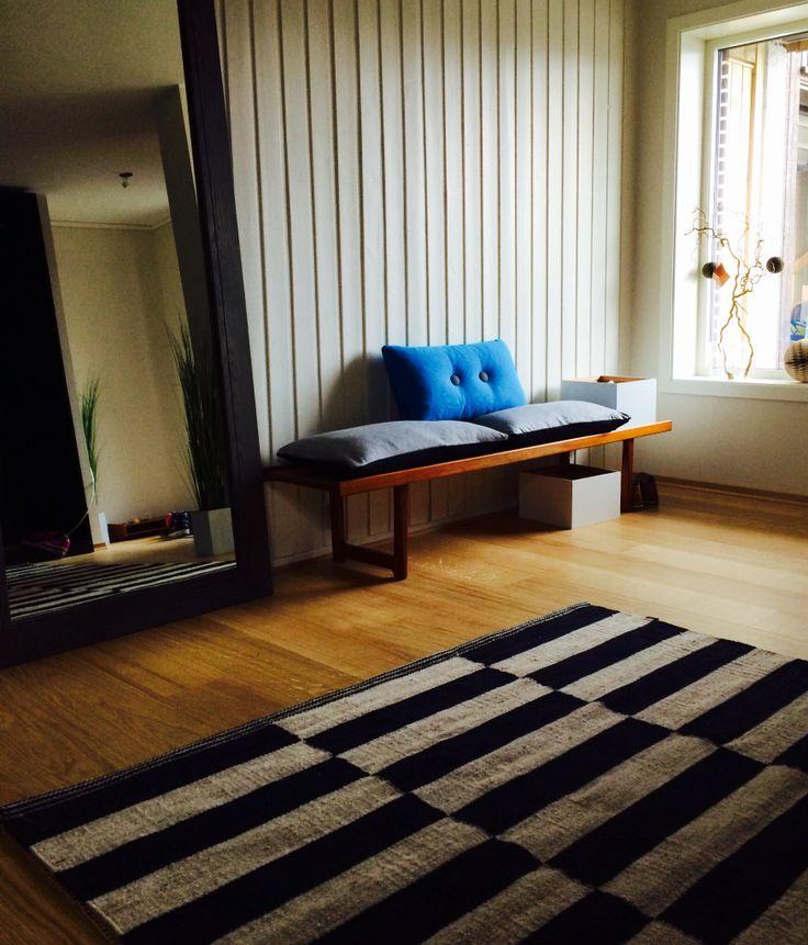 Gangen/hallen tar form igjen.. Speil fra Signature Collection Halvor Bakke og teppe i ull begge kjøpt hos Bohus. Hjemmesnekret benk av min far, Audun Fiskvatn i 1967 - har to av de. Sydd to puter selv + en blå fra HAY.