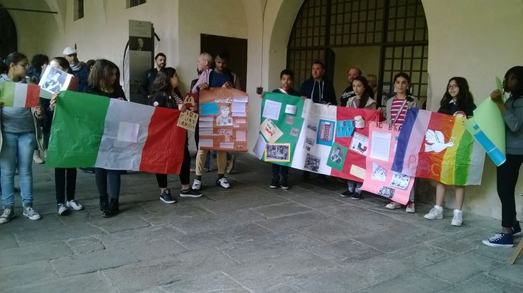 Gli alunni della scuola secondaria dell'Istituto Margherita Hack ricordano la Liberazione http://libriscrittorilettori.altervista.org/4465-2/ #istitutomargheritahacknovara #liberazione #alunni #broletto #partigiani