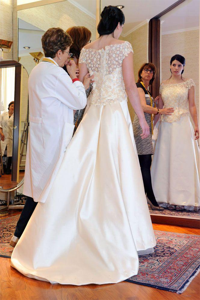 Cinzia Ferri e una sposa durante le prove in atelier www.cinziaferri.com
