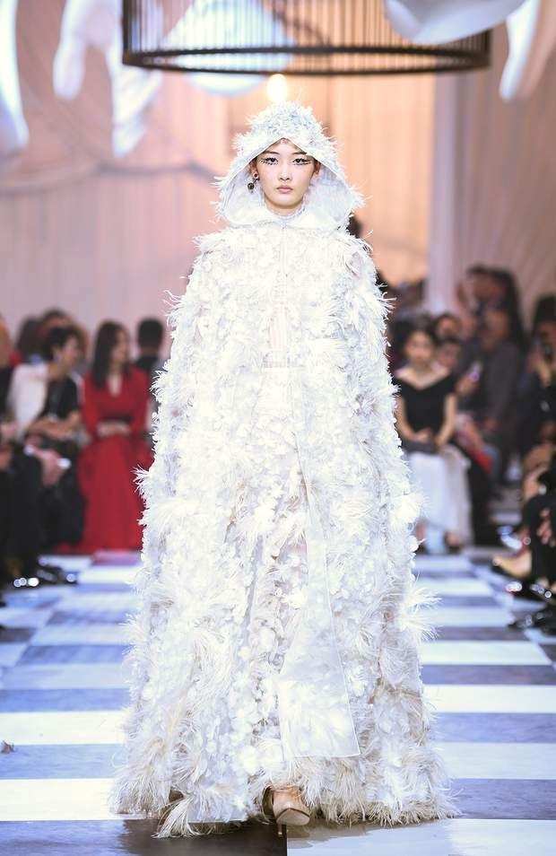 Chacune De Ses Robes Haute Couture Represente Plusieurs Centaines D