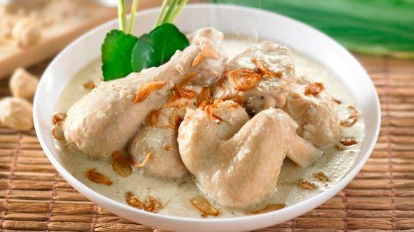 Opor Ayam is een heerlijk traditioneel Indonesisch gerecht met kip die lekker heeft kunnen sudderen in kokosmelk. Hierdoor krijg je een erg smaakvol en vol gerecht. Ingredienten: 1 grote kippenborst een halve limoen 200-300 ml kokosmelk, liggende aan hoe...