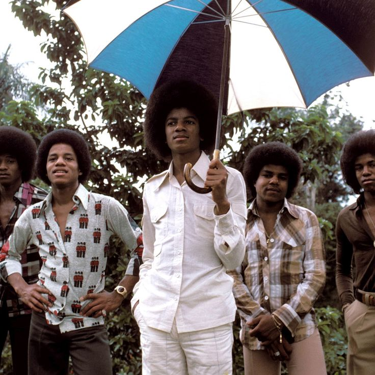 June 30, 1975 - The Jackson Five announced that they were leaving Motown Records for Epic Records. Joseph Jackson negotiated a new recording contract with CBS Records, who offered a royalty rate of 20% per record, compared to Motown's standard 2.8% and would allow the Jackson brothers to write and produce their own records and play their own instruments. | Curiosities and Facts about Michael Jackson ღ @carlamartinsmj