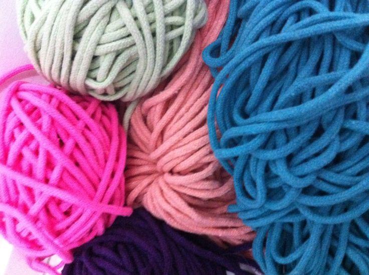 Cordas de algodão colorido utilizadas na fabricação de redes no Ceará. Esse material tem o sossego como karma.