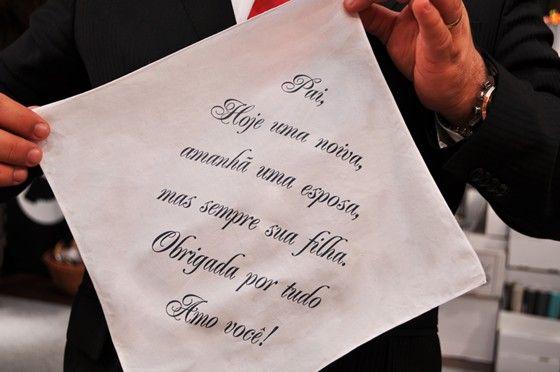 Lenço para presentear os pais da noiva no dia do casamento vem com uma linda mensagem. Uma lembrança simples, mas cheia de amor e que com certeza será guardado para sempre