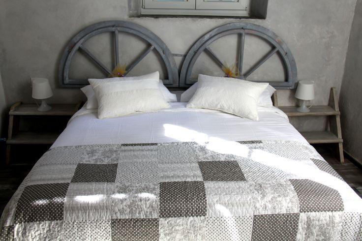 testiere letto create con vecchi sopraluce finestre e comodini letto con vecchia scala in legno. particolari della grey room in Loft21Trieste