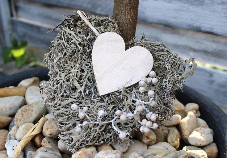KF08 - Kleine Geschenke erhalten die Freundschaft! Sag einfach mal DANKE, egal zu wem! Graumoosherz mit kleinem Holzherz und Zweig! Kann auch aufgehängt werden! Preis 6,90€