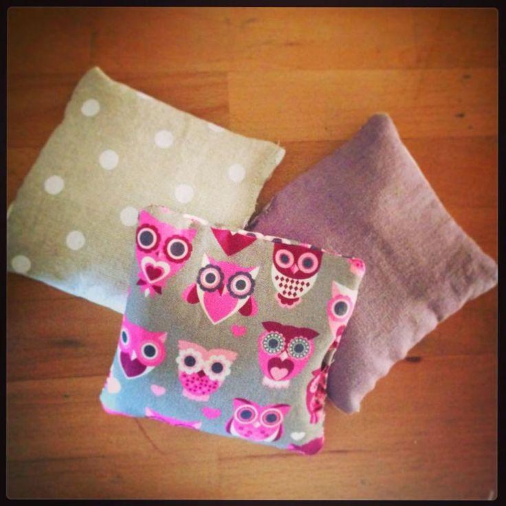 Scaldamani di cotone 12cm x 12 cm  Perfetti da tenere nelle stasche dei cappotti o nella borsa.  Riempiti con riso integrale e lavanda , ril...
