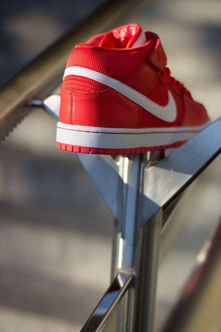 "Nike SB Dunk Mid ""Crimson"" (Preview)"