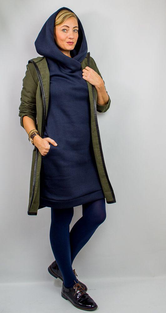 La Silla ist ein Wohlfühlsweatkleid für den Alltag. Mit den verschiedenen Add ons ein toller Allrounder für jede Frau. Im Schnitt sind mehrere Kragenvarianten enthalten. Kapuze, Stehkragen, Kapuzenkragen,Rundhalsausschnitt sowie ein kombinierter Kapuzenstehkragen. Das Kleid kann in knielang, kurz und als Longpulli genäht werden. Die Ösenpositionen für einen besonderen Look sind alle enthalten. Auch eine Schnittteilung ist möglich. Ohne Taschen und Kapuze ist der Schnitt für Anfänger…